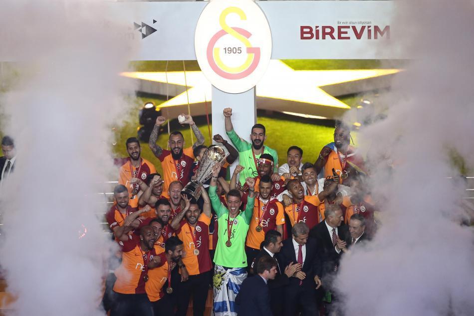 Galatasaray, 22. şampiyonluk kupasını aldı ile ilgili görsel sonucu